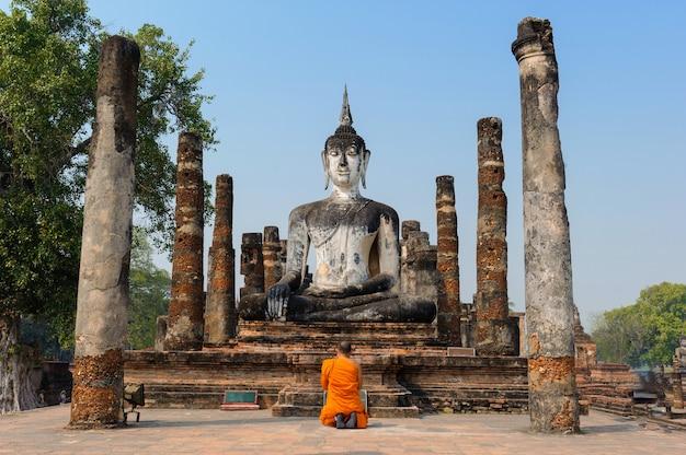 Local histórico de sukhothai em thailand.the buddha é ficado situado nas ruínas.