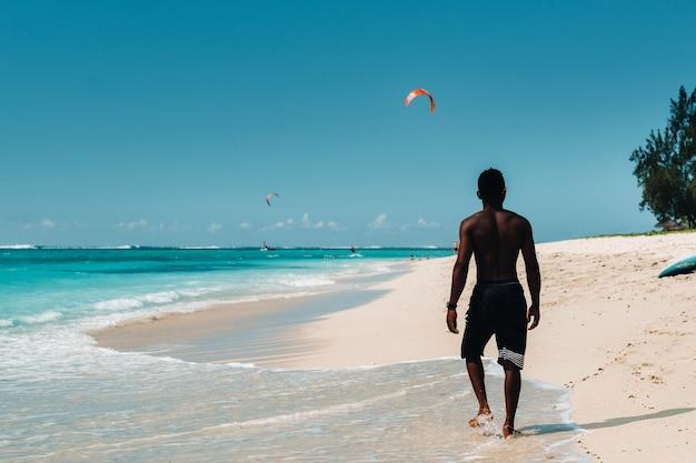 Local na praia de le morne, maurício, uma praia tropical na ilha de maurício.