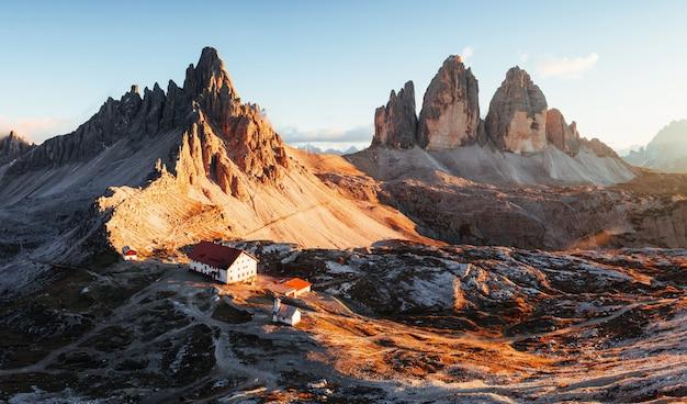 Local onde os turistas podem descansar. excelente paisagem das majestosas montanhas de dolomita de seceda durante o dia. foto panorâmica