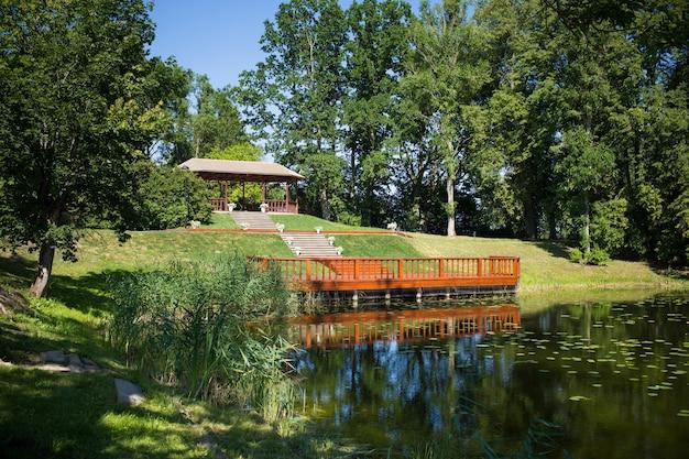 Local para a cerimônia - bela paisagem com um lago e um gazebo.