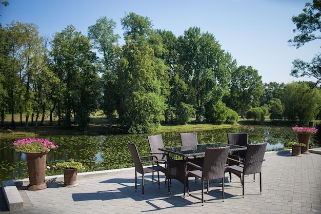 Local para relaxar - bela paisagem com um lago.