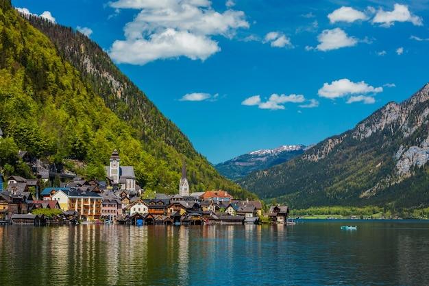 Local turístico austríaco famoso destino de atração turística - pitoresca vila de hallstatt em hallstatter see.