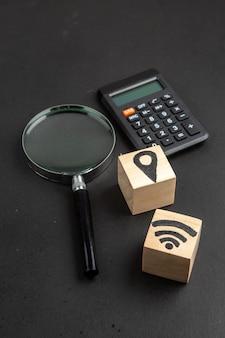 Localização de vista inferior e ícones de wi-fi em blocos de madeira em fundo preto