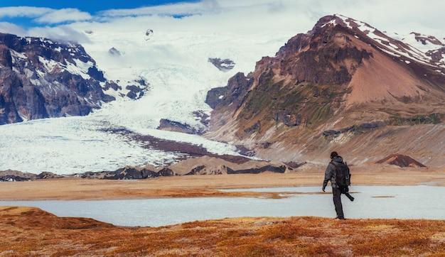 Localização pitoresca do fotógrafo na islândia. admirando a beleza