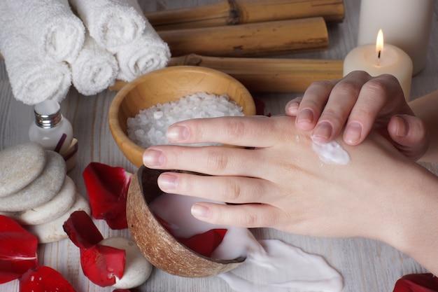 Loção para esfregar as mãos femininas, leite derramado para procedimentos de spa na superfície