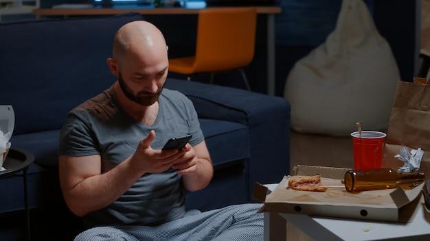 Locatário preocupado e chocado ao receber notificação no smartphone para aviso de despejo de faturas não pagas ...