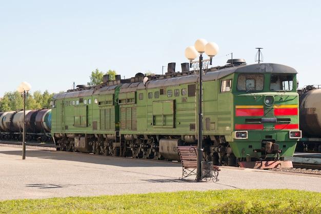 Locomotiva a diesel na plataforma da estação