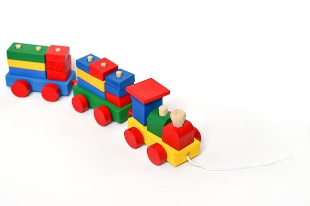 Locomotiva a vapor colorida sobre um fundo branco