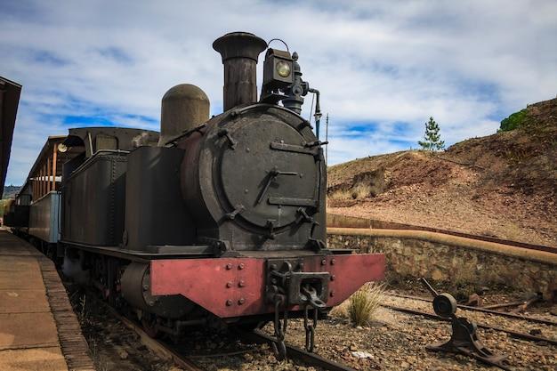 Locomotiva a vapor do século 19 com vagões de passageiros