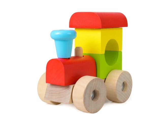 Locomotiva de brinquedo de madeira colorida isolada no fundo branco