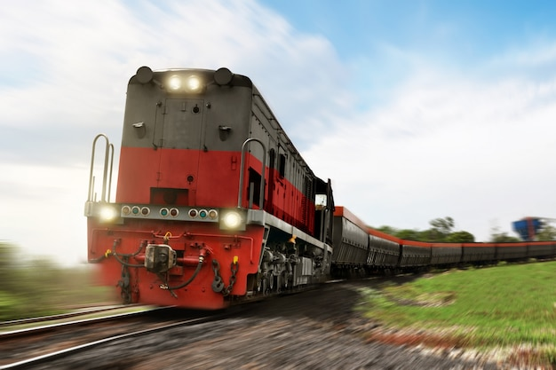 Locomotiva de trem de carga transportando com carga