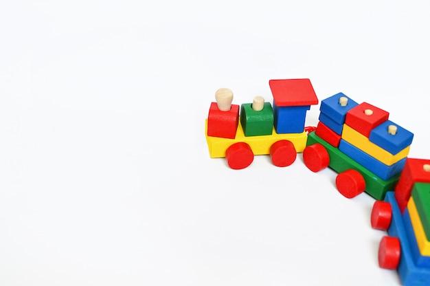 Locomotiva de vapor colorida em um lugar branco do fundo para o texto. fundo de brinquedos de crianças. quadro com lugar para texto.