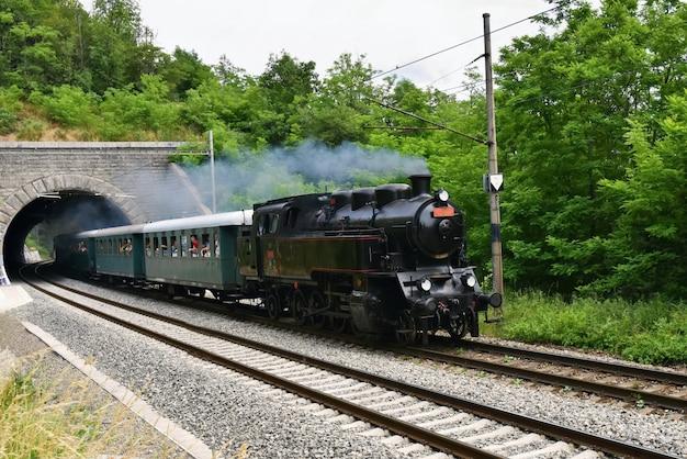 Locomotiva do vintage na estrada de ferro