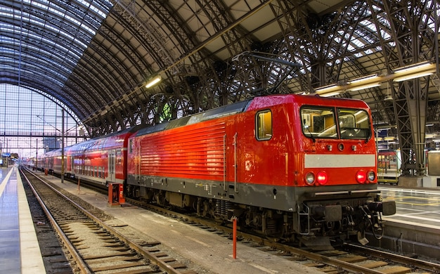 Locomotiva elétrica com trem regional em frankfurt, alemanha