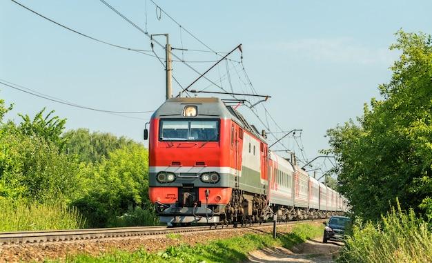 Locomotiva elétrica com um trem de passageiros na rússia, região de ryazan.