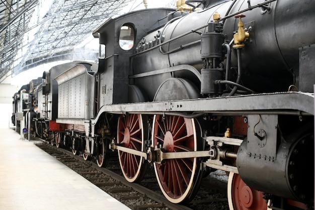Locomotiva velha em pé na estação ferroviária