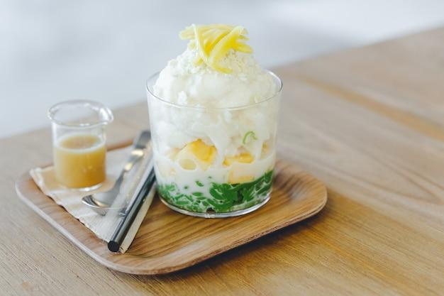 Lod chong, melão tailandês, arroz tufado com cobertura de gelo de neve de coco com jaca fatiada.