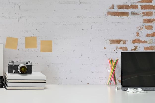 Loft elegante espaço de trabalho com suprimentos de fotógrafo e espaço de cópia
