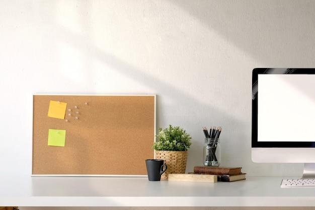 Loft espaço de escritório, espaço de trabalho e material de escritório.