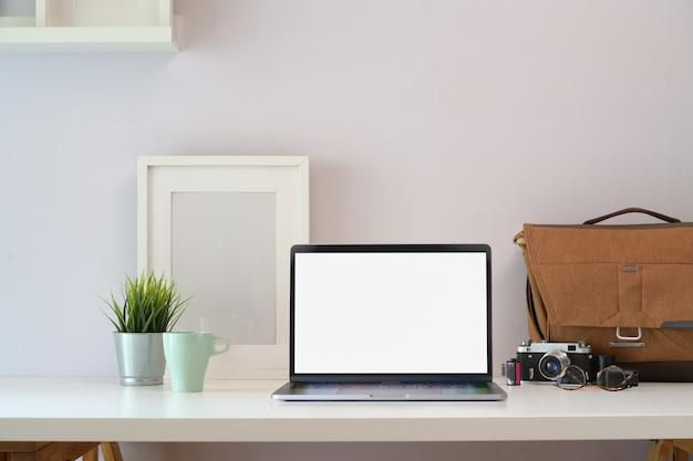 Loft mesa de mesa de escritório de madeira branca com suprimentos de laptop e fotógrafo
