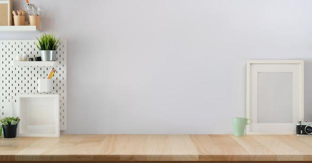 Loft scandinavian workspace com suprimentos mínimos