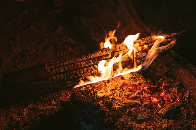 Log ardente no fogo, fogueira ardente, sente ficando mais quente do tempo frio.
