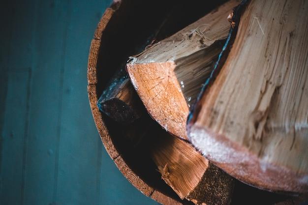 Log de madeira marrom na superfície azul