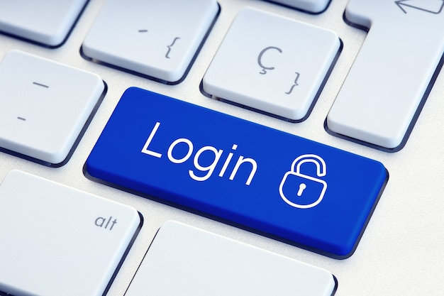 Login word e lockpad na tecla azul do teclado do computador. segurança de tecnologia ou conceito de hacking