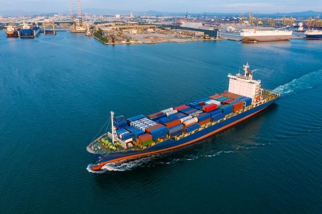 Logística de carga de contêineres, importação, exportação, indústria e transporte de serviço comercial internacional por navio de carga de contêiner aberto em alto mar e porto de embarque