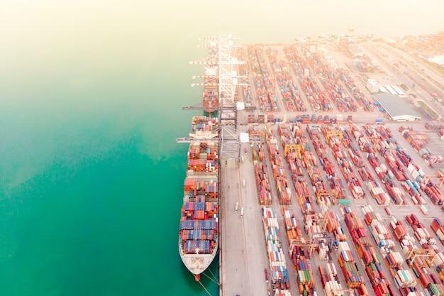 Logística de negócios e porta-contêineres na exportação e importação de negócios e logística de uma infra-estrutura importante