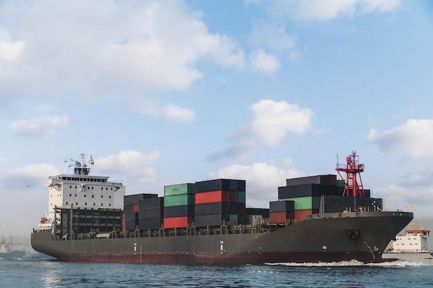 Logística e transporte de navio internacional de carga de contêineres no oceano