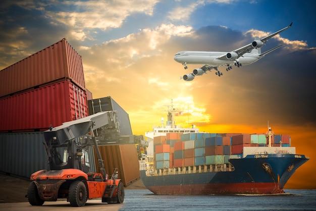 Logística e transporte de navio porta-contêineres e avião de carga com ponte-guindaste funcionando