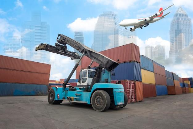 Logística, importação, exportação, histórico e indústria de transporte de empilhadeira, manuseio, carregamento de caixa de contêiner