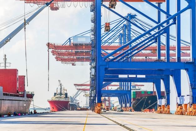 Logística industrial e transporte de caminhão em pátio de contêineres para logística e negócios de carga