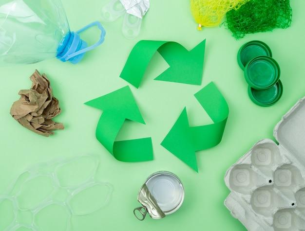 Logotipo de reciclagem verde com objetos para reciclar.