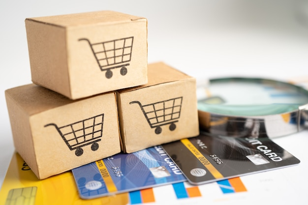 Logotipo do carrinho de compras na caixa com cartão de crédito banking account investment