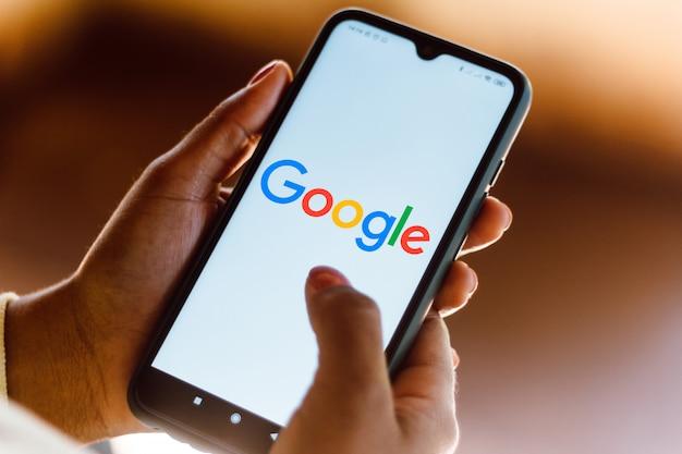 Logotipo do google visto exibido em um smartphone