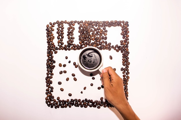 Logotipo do instagram usando grãos de café e uma xícara de café Foto Premium