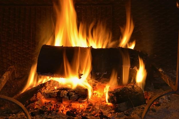 Logs queimando na lareira