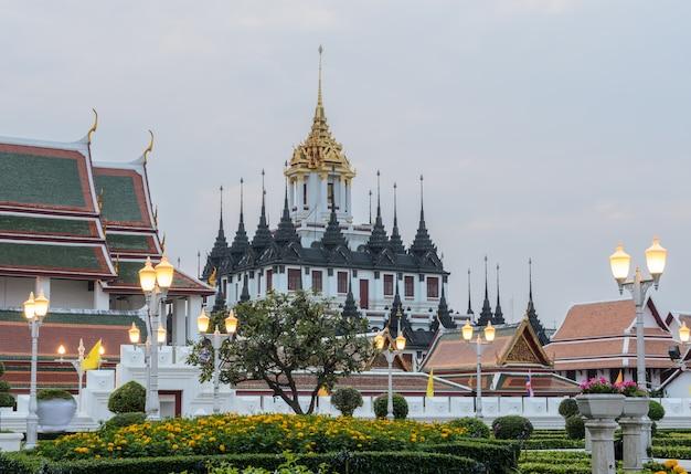 Loha prasat (castelo do metal) em bangkok, tailândia