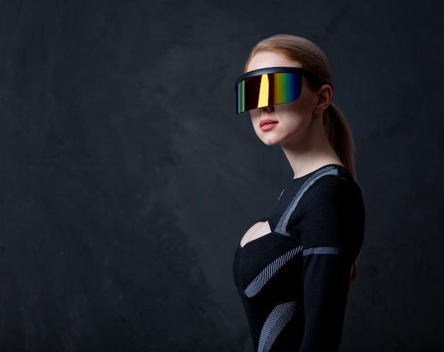 Loira andróide feminina de óculos vr e terno em fundo escuro.