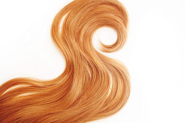 Loira cachos de cabelo isolado. mechas de cabelos claros ou ruivos, cuidados com os cabelos