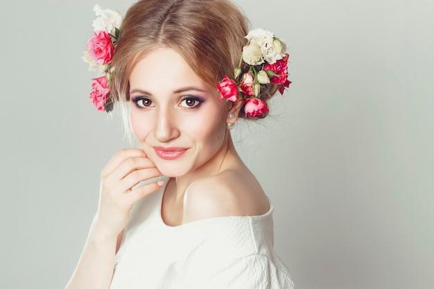 Loira com flores no cabelo dela mulher grande maquiagem