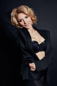 Loira de mulher de negócios sexy retrato em vestido preto