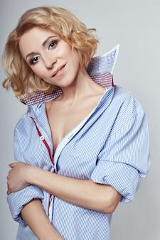 Loira de mulher de negócios sexy retrato na camisa azul