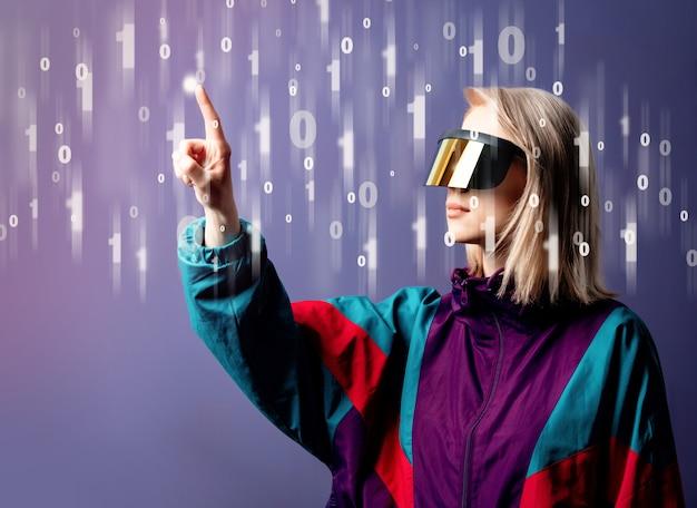 Loira de óculos vr com código binário ao redor
