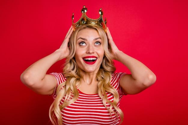 Loira encantadora jovem rainha do baile de formatura usando diadema dourado