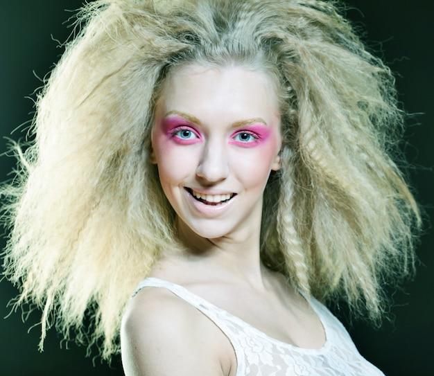 Loira feliz com maquiagem rosa