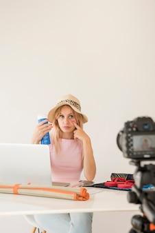 Loira influencer gravação férias vídeo