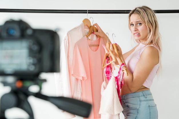 Loira influencer gravando moda vídeo